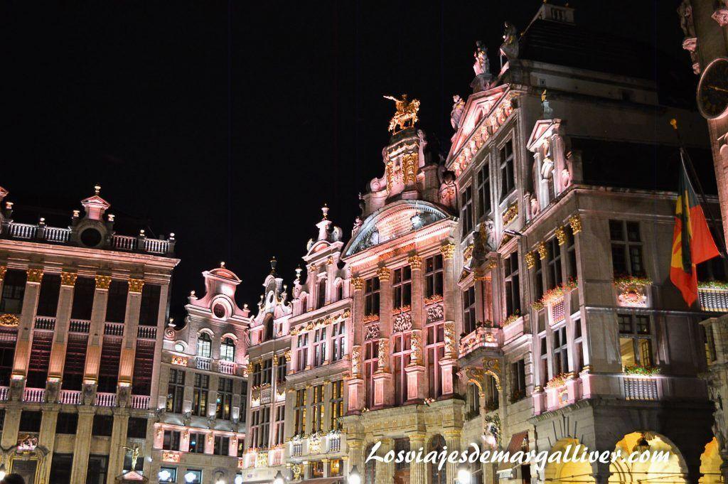 Paseando por la Grand Place de Bruselas de noche - Los viajes de Margalliver